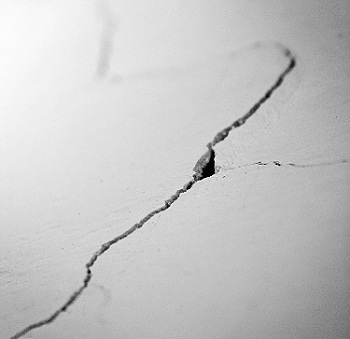 closeup of wide crack and chipping in drywall of Alabama home